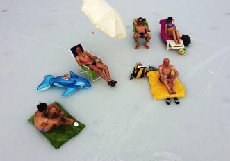in-spiaggia-sul-ghiaccio-aspettando-il-tuffo-della-merla