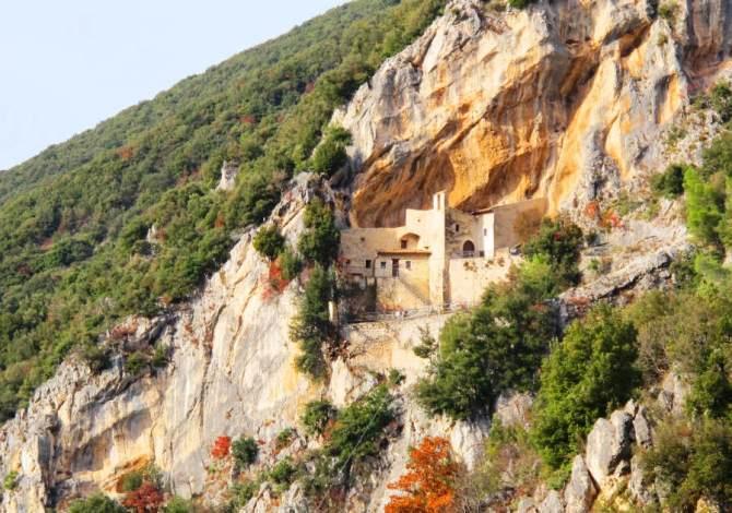 Itinerari a piedi in Umbria alla scoperta dei graffiti lungo le vie dei pellegrini