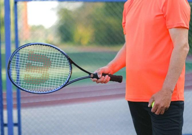 Gomito del tennista: i sintomi, quando è grave e come curarlo