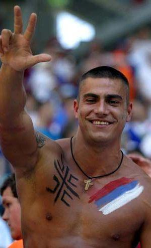 Un tifoso serbo