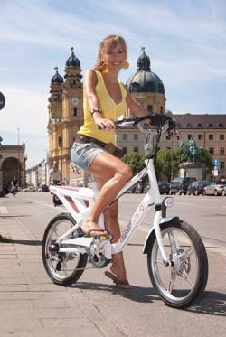 """nnemarie Warnkross, die Moderatorin des ProSieben-Boulevardmagazins """"taff"""", ließ sich von den Vorzügen des trendigen neuen City E-Bikes begeistern und fungiert als Botschafterin des EAGLEs."""