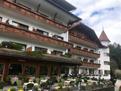 Lanerhof_winkler_hotel_pustertal_Suedtirol_wellness_urlaub_familienhotel_test_kronplatz_outdoor_berge_01_terrasse