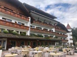Lanerhof_winkler_hotel_pustertal_Suedtirol_wellness_urlaub_familienhotel_test_kronplatz_outdoor_berge_01_terrasse_3
