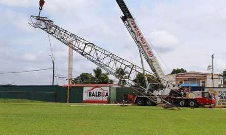 Desmontan viejas torres del estadio Justino Salinas
