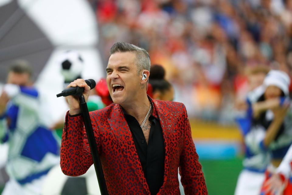 Robbie Williams Gave the Middle Finger to the Camera at the World Cup