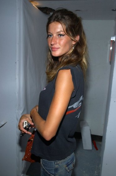 young-Gisele-Bundchen-dressed-down-t-shirt-jeans_MTU4NzY5NTA0ODIwNjY4MDY1
