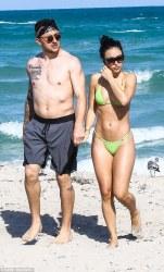 49ADB41C00000578-5447911-True_love_The_couple_held_hands_while_walking_the_beach-a-29_1519870995247_MTUzODc5MDM4Njk4ODU4MTg3