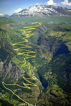 Alpe d'Huez serpentines.  Photo © WikiMedia user Wiki-Ing