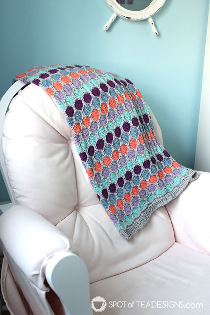 Handmade baby blanket with hexagon pattern | spotofteadesigns.com