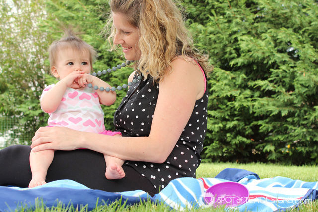 Top 5 Favorite products to help soothe a teething baby - Necklace from @ItzyRitzy | spotofteadesigns.com