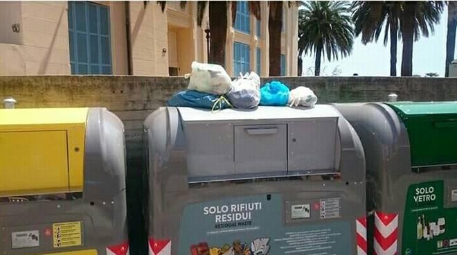 Furbetti dei rifiuti: già 30 multe. La minoranza non ci sta