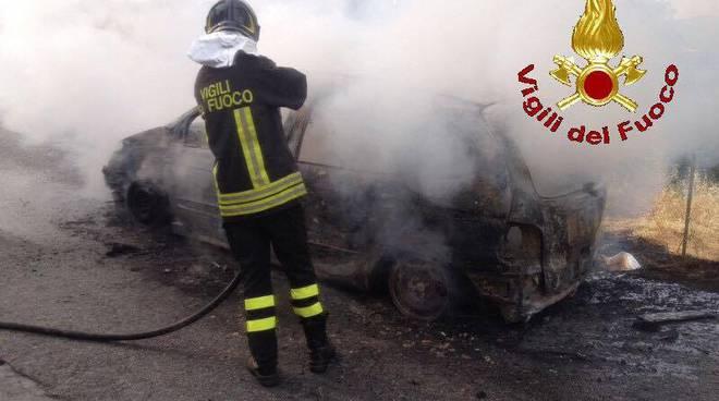 Bergeggi, a fuoco auto sull'Aurelia: un ferito
