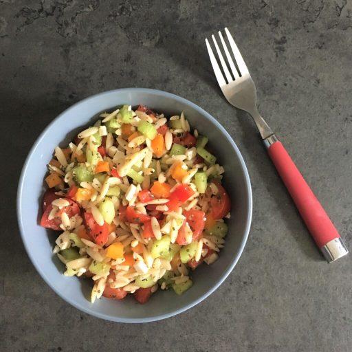 Salade d'orzo : Recette d'été colorée, savoureuse et rafraîchissante faite avec des produits locaux.