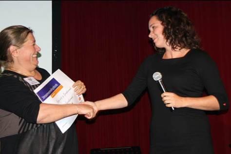Petra Kimmel ontvangt de cheque van Isabelle Prohn van Rabobank Amerstreek