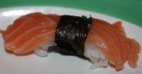 Nigiri z łososiem przepasanym wstążką nori