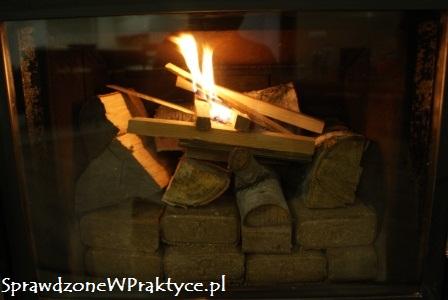 Pierwsze, nieśmiałe płomienie w kominku