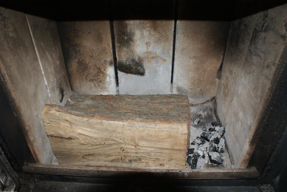 pierwsza warstwa drewna w kominku