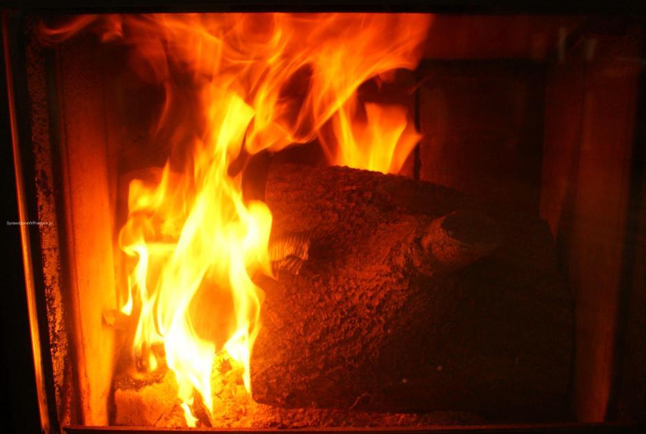 Niedopalony brykiet rozpala kominek na nowo