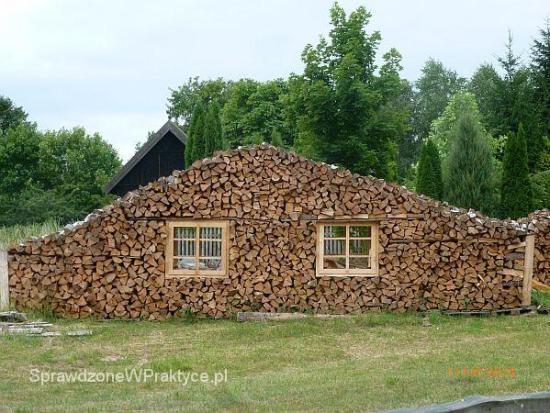 stos drewna jak ściana domu