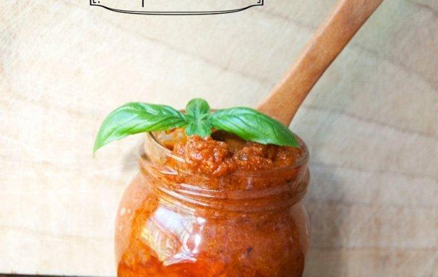 Веган песто със сушени домати и хранителна мая