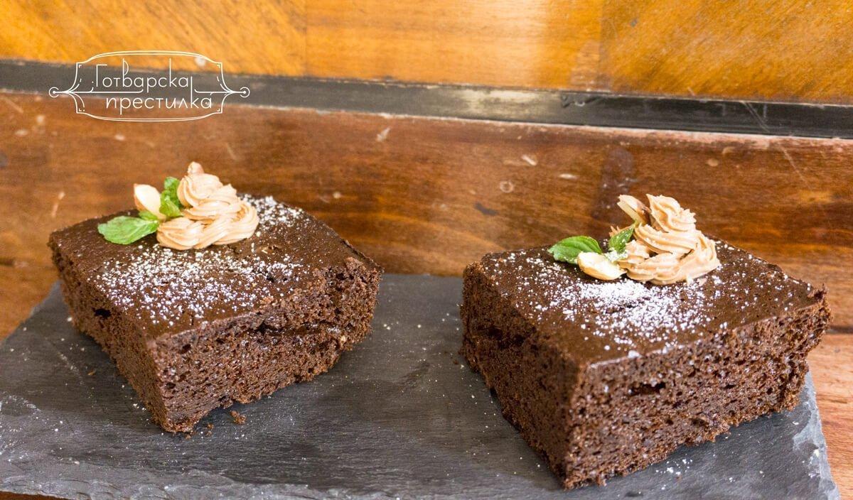 Брауни с черен шоколад и крем от макадамия