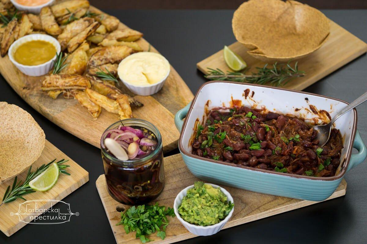 неделен обяд в мексикански стил с хрупкави картофи на фурна, маринован червен лук и телешко на конци с червен боб