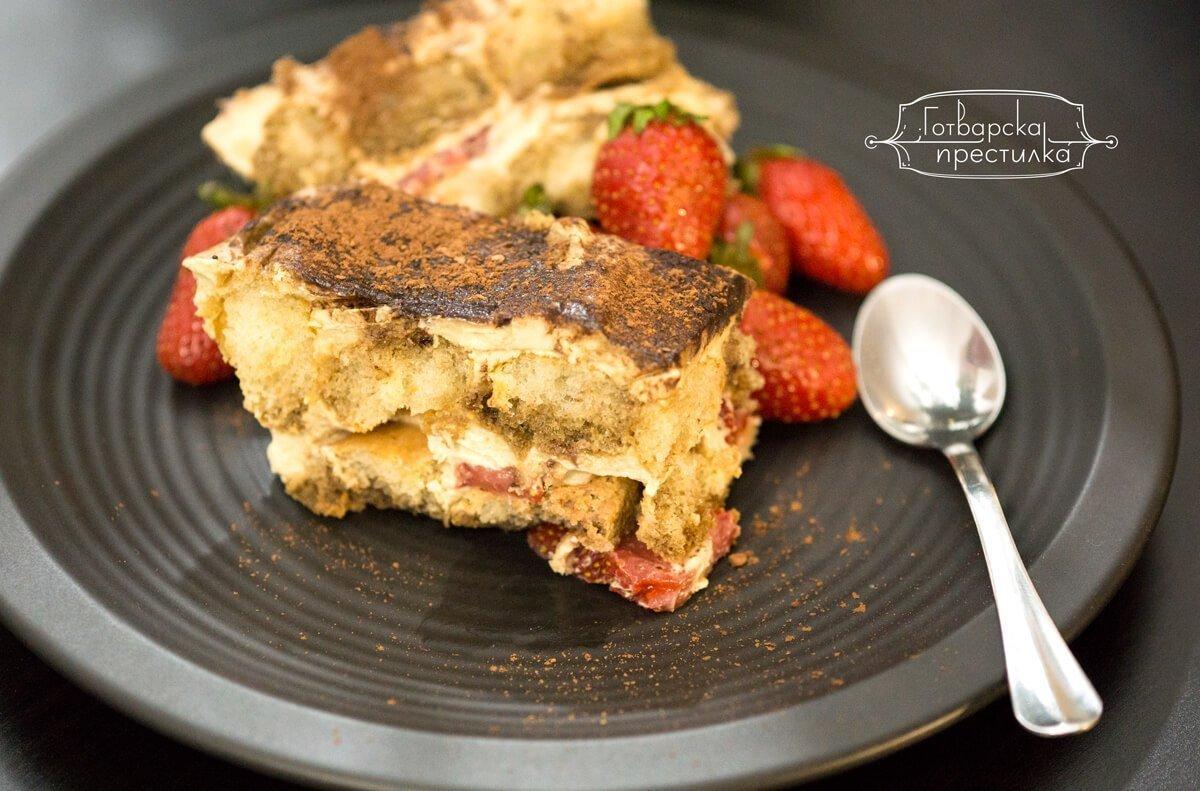 парчета от италианския десерт тирамису с ягоди
