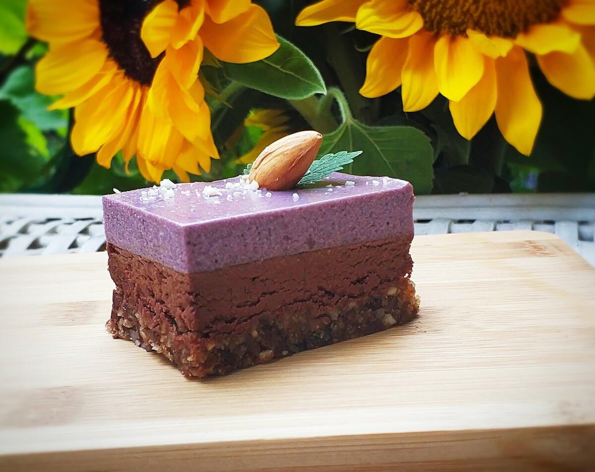 трипластова веган торта с къпини и шоколад