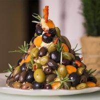 Предястие коледна елхичка от сирена и маслини