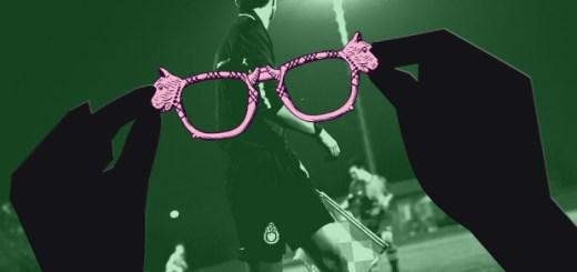 Eine lustige, rosa Brille mit Hundeköpfen wird richtung Linienrichter gehalten