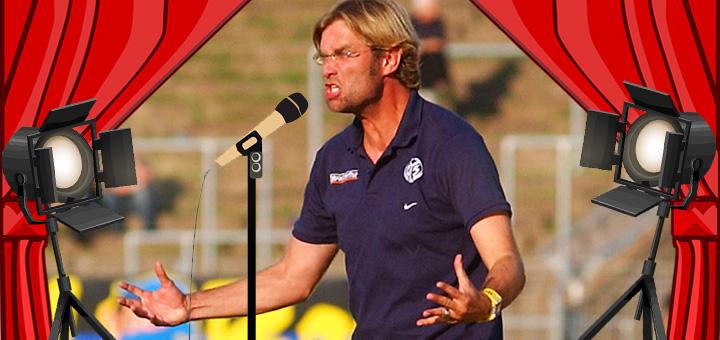 Jürgen Klopp wütend vor einem mit Photoshop eingefügten Mikrofon und Bühnenbeleuchtung mit Vorhang
