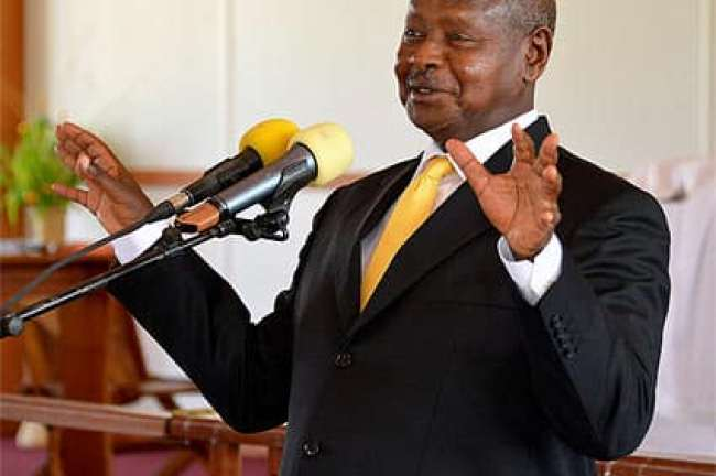 President Museveni talking to Kisoro Potato Processing Industries Director John Bahana. (PPU)