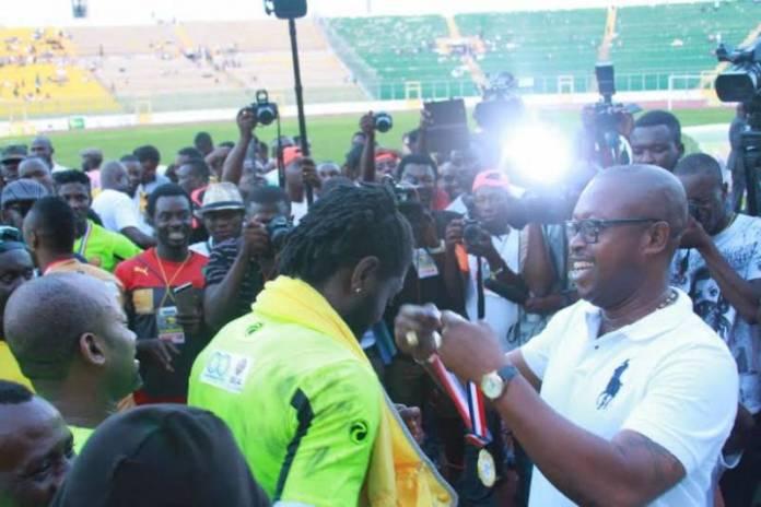Emmanuel Adebayor recieving his winner's medal