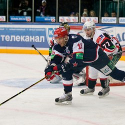 Alexej Jaschin (19) am Puck