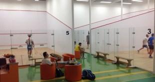 Cum sa alegi terenul si echipamentul de squash
