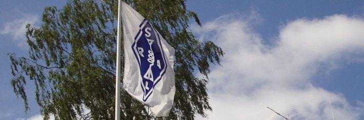 Suomen Radioamatööriliiton lippu.