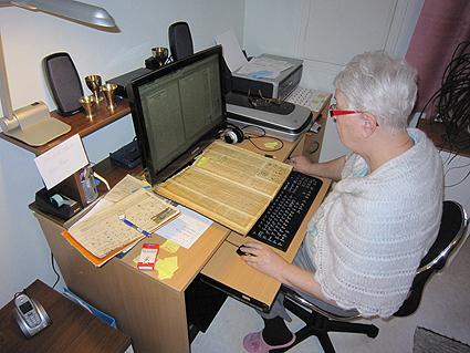 Ritva, kansiollinen lehtileikkeitä ja tietokone.