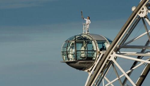 Sedamnaestogodišnja Amelia s olimpijskom bakljom na vrhu London Eyea
