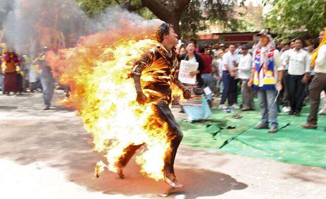 Tinejdžeri se zapalili kako bi ukazali na nepravdu