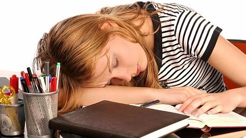 Rano ustajanje u školu opasno je za zdravlje i performanse tinejdžera!