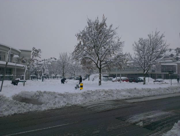 U Lucijanki učenici lopataju snijeg za vrijeme tjelesnog