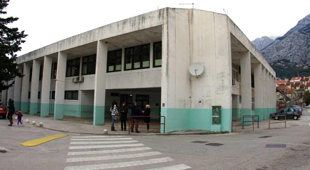 Makarsku školu godinama drmaju afere, no ravnatelju ni inspekcija ne može ništa