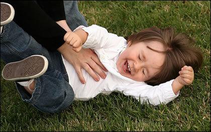 Škakljanje: Osim nasmijavanja, ima druge uloge i značenja