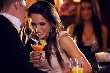 Alkohol žene potiče na emotivnost, a muškarce na flert i varanje