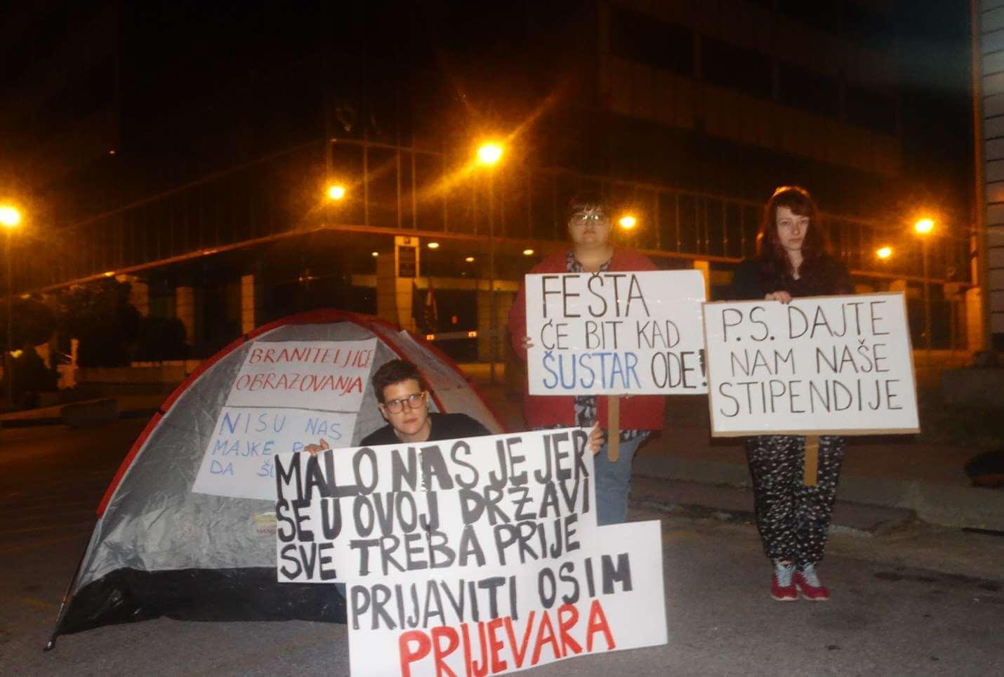 Priča o tri studentice koje kampiraju pred MZOS-om sve dok im ministar Šustar ne da odgovore