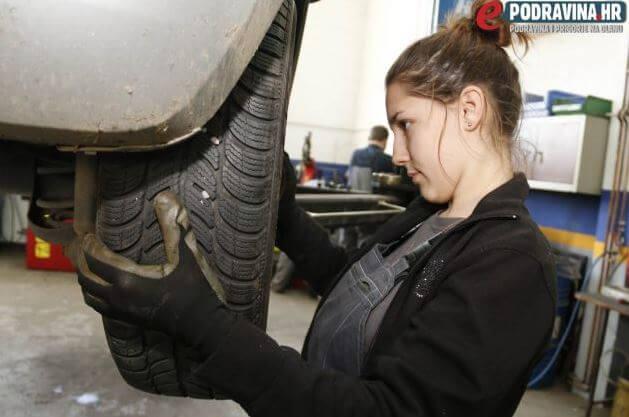 Totalno drukčija od drugih: Srednjoškolka Lorena mijenja ulje, gume i vozi kamion