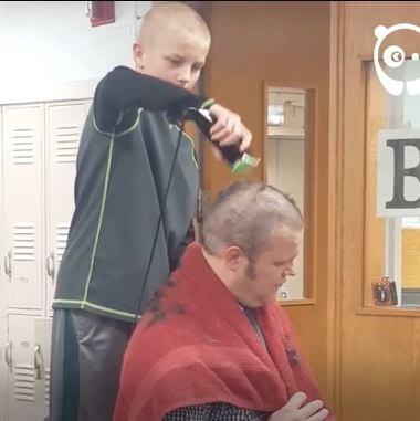 [Video] Ravnatelj šokirao učenike: Obrijao glavu u znak podrške učeniku