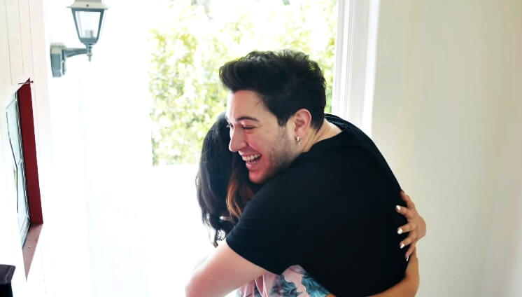 Prekrasna gesta na poseban dan: Poznati YouTuber svojoj obožavateljici za maturalnu poklonio potpuni makeover