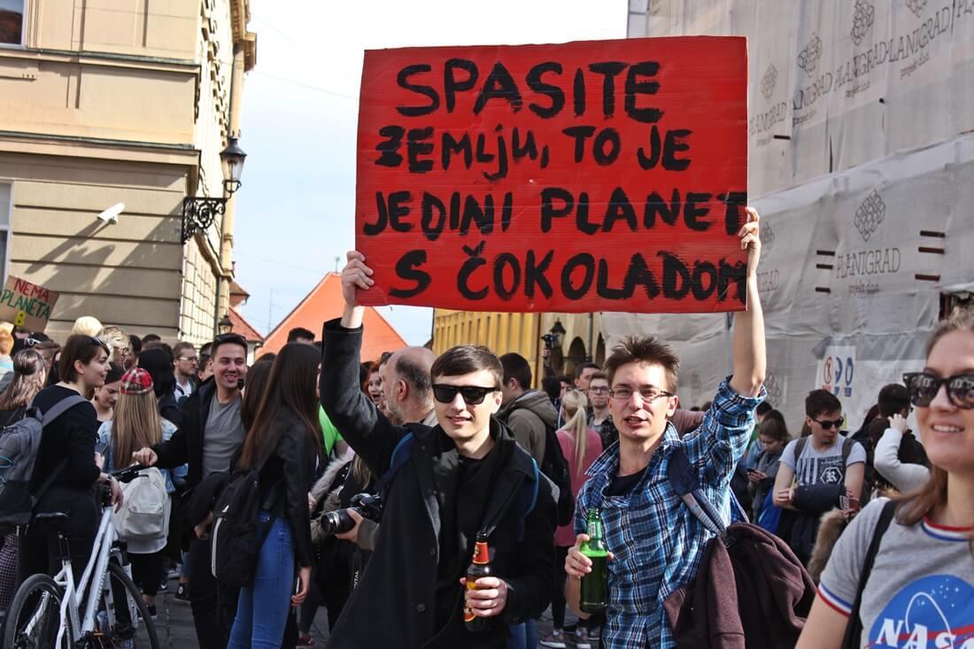 Što su sve mladi poručili odraslima? Pogledajte maštovite transparente sa zagrebačkog prosvjeda za klimu