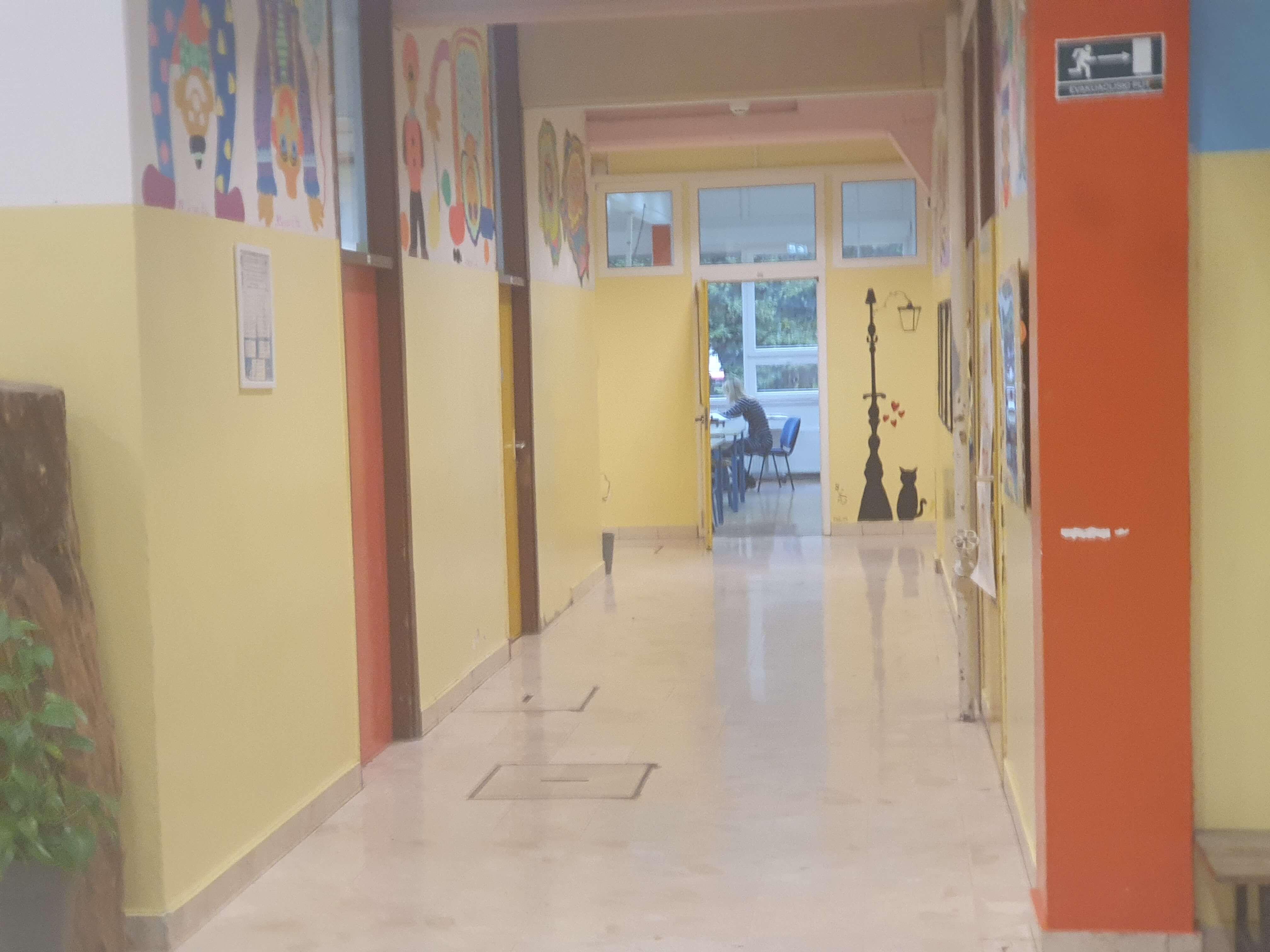 prazan hodnik škole u štrajku